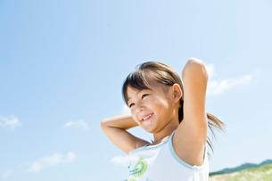 笑顔の女の子と空の写真素材 [FYI01565415]
