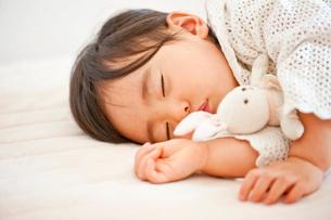 ぬいぐるみと眠る子供の写真素材 [FYI01565471]