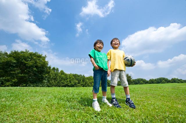 高原に立つ2人の男の子の写真素材 [FYI01565473]