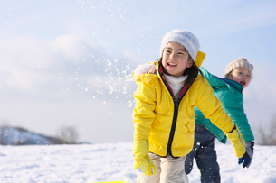 雪合戦をする女の子と男の子の写真素材 [FYI01565557]