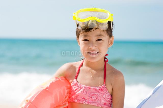 水中メガネをおでこにつけた女の子の写真素材 [FYI01565561]