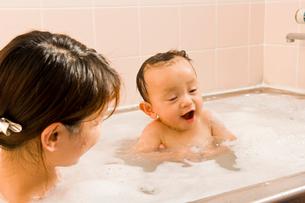 お風呂に入る赤ちゃんとママの写真素材 [FYI01565578]