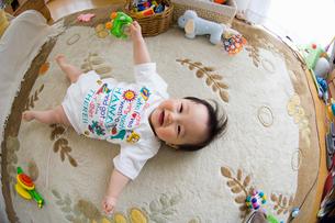 リビングで遊ぶ赤ちゃんの写真素材 [FYI01565596]