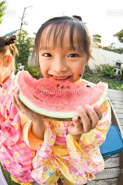 スイカを食べる女の子の写真素材 [FYI01565597]