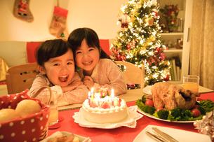 ケーキと子どもの写真素材 [FYI01565607]