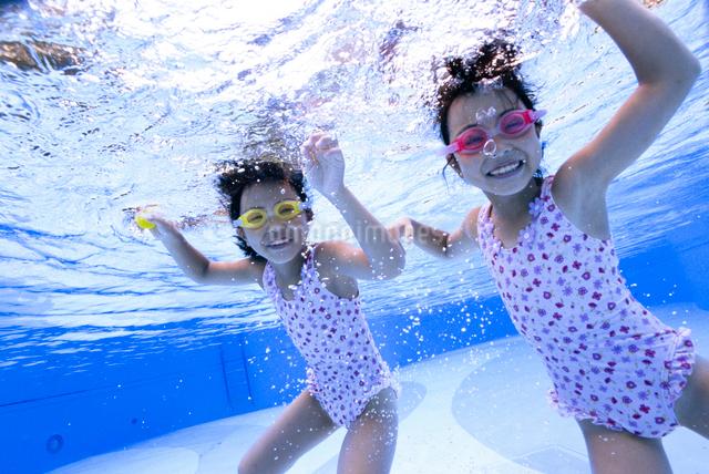 泳ぐ子供の写真素材 [FYI01565617]