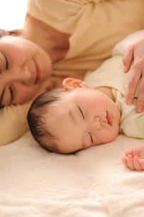 赤ちゃんと母親の寝姿の写真素材 [FYI01565632]