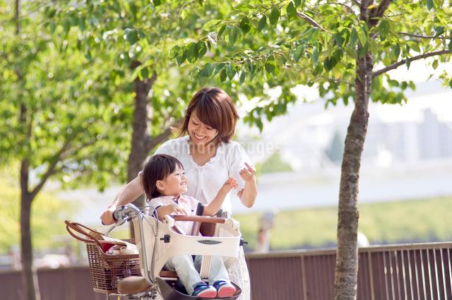 自転車に乗る男の子とママの写真素材 [FYI01565633]