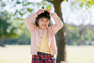 公園で遊ぶ子供の写真素材 [FYI01565702]