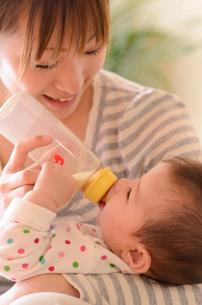 ミルクを飲む赤ちゃんの写真素材 [FYI01565712]