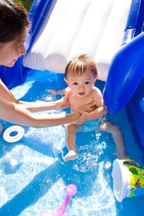 プールで遊ぶ赤ちゃんとママの写真素材 [FYI01565756]