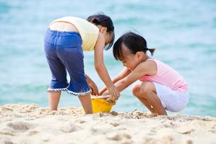 砂浜で遊ぶ女の子の写真素材 [FYI01565794]