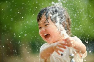 水飲み場で遊ぶ女の子の写真素材 [FYI01565806]