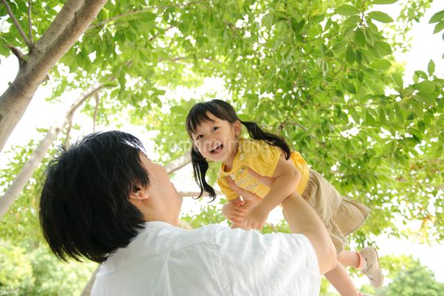 父親に抱き上げられる子どもの写真素材 [FYI01565811]