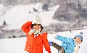 雪合戦をする子どもの写真素材 [FYI01565813]