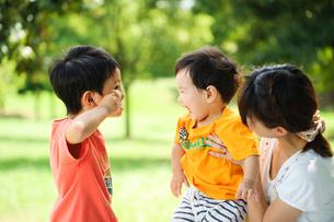 赤ちゃんと遊ぶ子どもの写真素材 [FYI01565836]