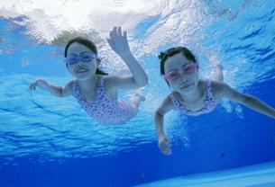 泳ぐ子供の写真素材 [FYI01565838]