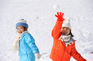 雪合戦をする子どもの写真素材 [FYI01565868]