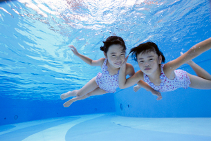 泳ぐ子供の写真素材 [FYI01565879]