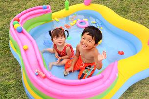 プールで遊ぶ子どもの写真素材 [FYI01565880]