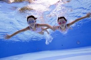 泳ぐ子供の写真素材 [FYI01565886]