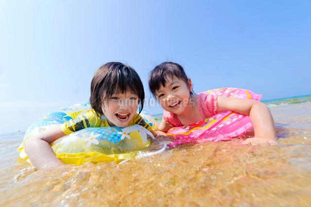 ビーチで遊ぶ浮き輪の子供の写真素材 [FYI01565895]