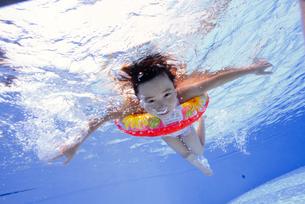 泳ぐ子供の写真素材 [FYI01565904]