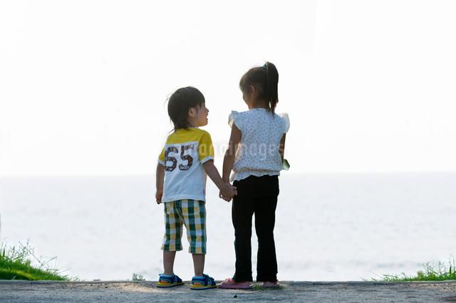 後ろ姿の男の子と女の子の写真素材 [FYI01565939]