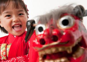 獅子舞を持つ晴れ着の女の子の写真素材 [FYI01566018]