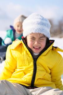 雪山で涙を流す女の子の写真素材 [FYI01566054]