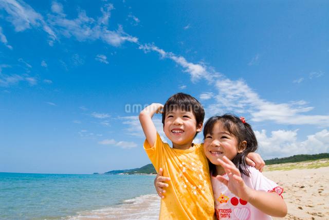海岸で遊んでいる子供達の写真素材 [FYI01566063]