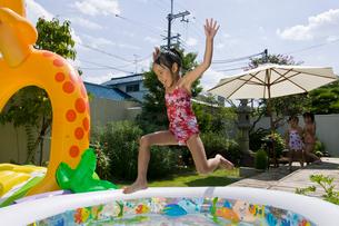 水遊びをする子どもの写真素材 [FYI01566067]