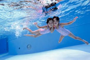 泳ぐ子供の写真素材 [FYI01566099]