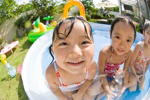 水遊びをする子どもの写真素材 [FYI01566124]