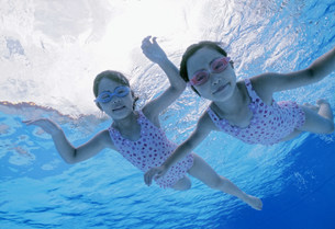 泳ぐ子供の写真素材 [FYI01566148]
