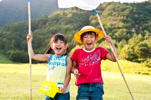 虫取り網を持つ子どもたちの写真素材 [FYI01566224]