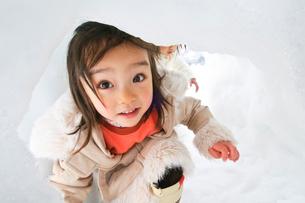 カマクラの中の子どもの写真素材 [FYI01566231]