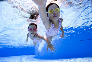 泳ぐ子供の写真素材 [FYI01566233]