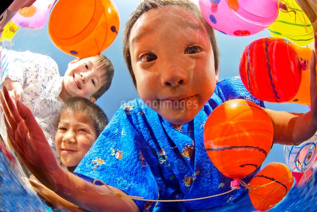 水風船すくいをする浴衣姿の子供の写真素材 [FYI01566239]
