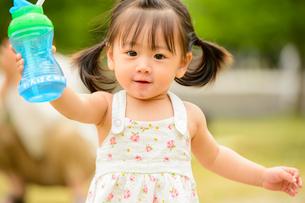 水筒を持つ子どもの写真素材 [FYI01566245]