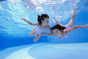 泳ぐ子供の写真素材 [FYI01566266]
