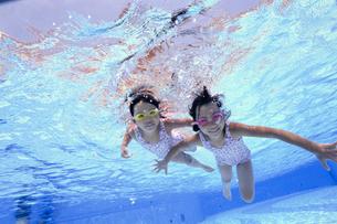 泳ぐ子供の写真素材 [FYI01566279]