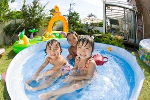 水遊びをする子どもの写真素材 [FYI01566306]
