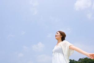 伸びをする若い女性の写真素材 [FYI01566310]