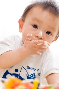 赤ちゃんと誕生日ケーキの写真素材 [FYI01566319]