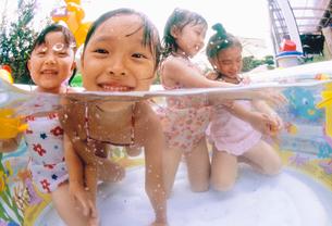 プールで遊ぶ子どもの写真素材 [FYI01566336]