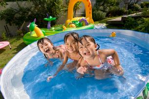 水遊びをする子どもの写真素材 [FYI01566365]
