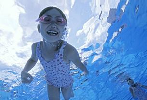 泳ぐ子供の写真素材 [FYI01566386]