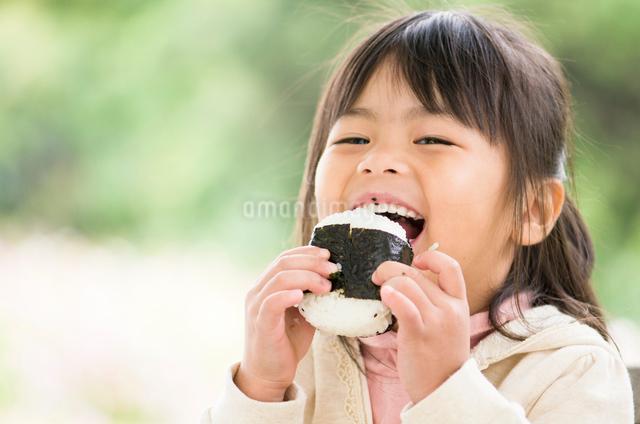 おにぎりを食べる子供の写真素材 [FYI01566392]