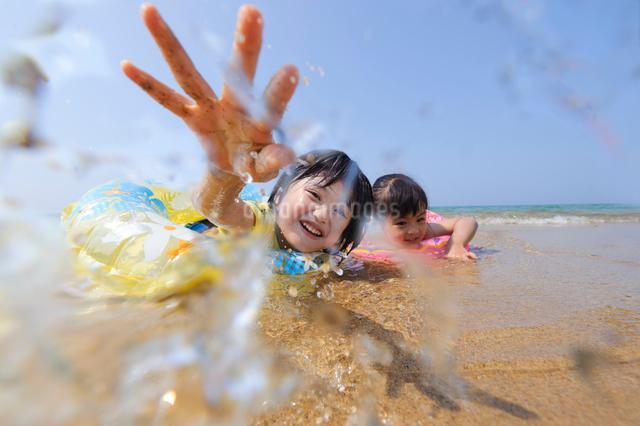 ビーチで遊ぶ浮き輪の子供の写真素材 [FYI01566397]